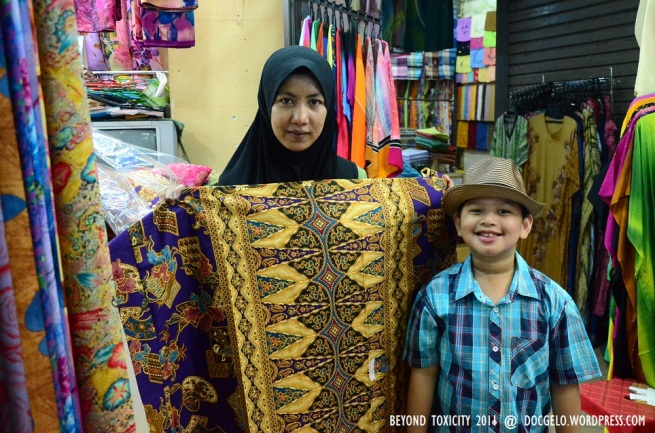 The Kelantanese woman graciously posed with Gabby with her nicely printed merchandise